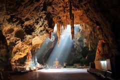 Guld- Buddha i thailändsk grotta Royaltyfri Foto