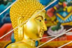 Guld- buddha i thailändskt historiskt parkerar Arkivbild