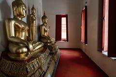 Guld- Buddha inom av Wat Pho Temple Arkivbild