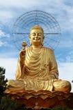 Guld- Buddha med blå himmel Royaltyfria Bilder