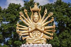 Guld- buddha med många armar Royaltyfria Bilder