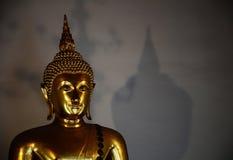 Guld- buddha med skugga Royaltyfri Bild