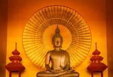 Guld- buddha meditation Arkivbilder