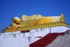 Guld- Buddha och himmel Royaltyfri Foto