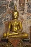 Guld- buddha och vägg- målning, Laos Arkivbilder