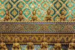 Guld- Buddha och Yakshas Arkivfoto