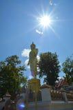 Guld- buddha på berget med blå himmel på Wat Phra That Kao Noi Royaltyfri Bild