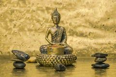 Guld- Buddha på den mörka guld- ljusa bacrounden royaltyfri fotografi