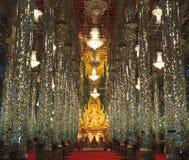 Guld- Buddha på domkyrkaexponeringsglas royaltyfria bilder