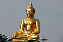 Guld- Buddha på Mekonget River Royaltyfria Bilder