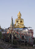 Guld- Buddha på mutor Ruak Arkivbilder