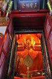 Guld- Buddha på Waten Phanan Choeng Arkivfoto