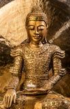Guld- Buddha som framme sitter av en gong Royaltyfri Fotografi