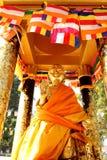 Guld- Buddha som ger välsignelser Royaltyfria Foton