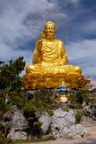 Guld- Buddha som rymmer den guld- lotusblomman Royaltyfri Fotografi