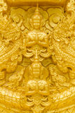 Guld- buddha staty. Arkivfoton