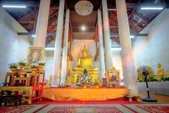 Guld- buddha staty i den gamla kyrkliga Wat Samanakotaram i Ayut Arkivfoto
