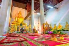 Guld- buddha staty i den gamla kyrkliga Wat Samanakotaram i Ayut Royaltyfria Foton