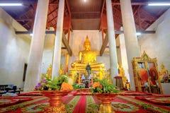 Guld- buddha staty i den gamla kyrkliga Wat Samanakotaram i Ayut Royaltyfri Foto