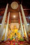Guld- buddha staty i den gamla kyrkliga Wat Samanakotaram i Ayut Royaltyfri Fotografi