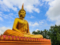 Guld- buddha staty i den Thailand templet Royaltyfria Bilder