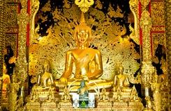 Guld- buddha staty i den Wat Ban Den templet Arkivbild
