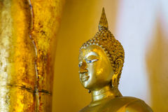 Guld- buddha staty i den Wat Phra That Si Chom läderremmen Worawihan Arkivfoton