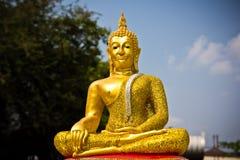 Guld- buddha staty i en händelse för hustankeskapelseceremoni Arkivbild