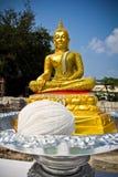 Guld- buddha staty i en händelse för hustankeskapelseceremoni Royaltyfria Bilder