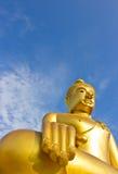 Guld- Buddha staty i ett buddistiskt tempel Arkivbild
