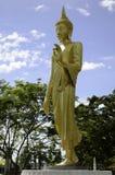 Guld- Buddha staty i ett buddistiskt tempel Fotografering för Bildbyråer