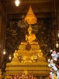 Guld- buddha staty i strömförsörjningskyrka av Wat Pho Arkivbild