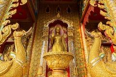 Guld- buddha staty i tempel Arkivfoton