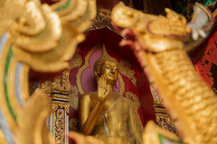 Guld- buddha staty i tempel Royaltyfri Fotografi