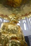 Guld- buddha staty i thai tempel Arkivfoton
