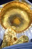 Guld- buddha staty i thai tempel Arkivbilder