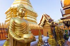 Guld- Buddha staty i Thailand Arkivbild