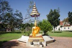 Guld- buddha staty i trädgård på utomhus- Arkivbilder