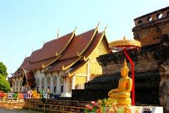 Guld- buddha staty på templet i Thailand Arkivfoto