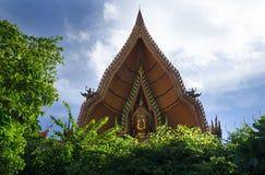 Guld- buddha vänder mot på Tham Sue Temple, Kanchanaburi, Thailand Fotografering för Bildbyråer