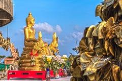 Guld- Buddhabild framme av den vita stora Buddha Arkivbilder