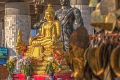 Guld- Buddhabild framme av den vita stora Buddha Arkivbild