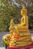 Guld- Buddhabild framme av den vita stora Buddha Royaltyfria Foton