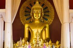 Guld- Buddhabild inom en tempel i Thailand Royaltyfri Bild