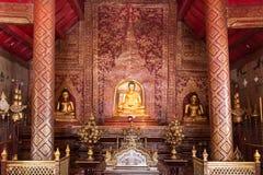 Guld- Buddhabild inom en tempel i Thailand Arkivbild