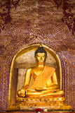 Guld- Buddhabild inom en tempel i Thailand Royaltyfri Foto