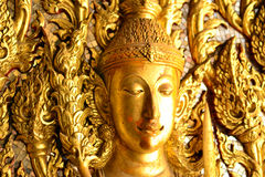 Guld- Buddhabild på dörren Royaltyfri Foto