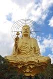 Guld- Buddhasammanträde i lotusblommapositionen Arkivbilder