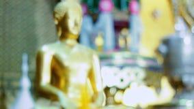 Guld- Buddhastaty stock video