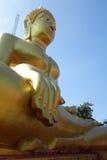 Guld- Buddhastaty av den stora Buddha över blå himmel Arkivbilder